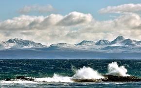 Картинка волны, небо, облака, горы, брызги, камни, вершины, залив