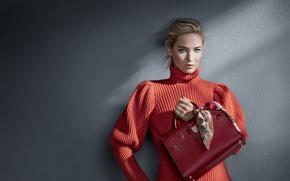 Обои девушка, макияж, реклама, прическа, блондинка, сумка, стоит, красивая, платок, бренд, у стены, Jennifer Lawrence, Дженнифер ...