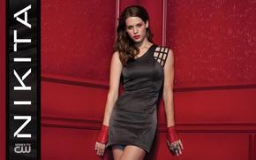 Обои Никита, TV Series, Lyndsy Fonseca, Nikita, стоит, макияж, красотка, шатенка, Alex, красные, криминал, платье, триллер, ...