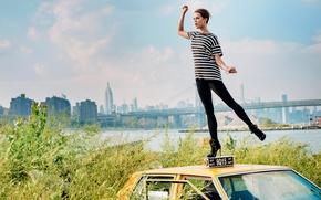 Картинка пейзаж, мост, поза, река, дома, фигура, актриса, футболка, автомобиль, кусты, полосатая, фотосессия, Алисия Викандер, Alicia …