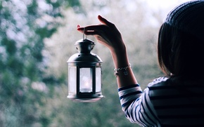 Картинка девушка, свет, блики, настроение, волосы, рука, размытость, фонарь, браслет
