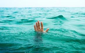 Обои море, вода, жизнь, ситуации, океан, рука, помощь, парень, тонет, смерт