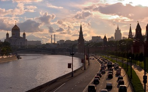 Картинка дорога, небо, облака, закат, река, здания, вечер, Город, фонари, Москва, кремль, храм, Россия, набережная, автомобили, ...