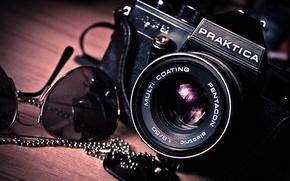 Картинка макро, стол, фотоаппарат, объектив, предметы