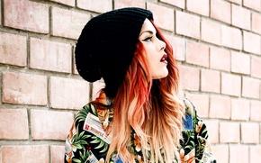 Картинка девушка, стена, шапка, рыжие волосы