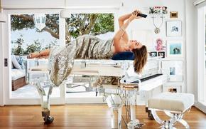 Обои пианино, стул, фотосессия, Миранда Керр, Harper's Bazaar, платье, терраса, модель, деревья, шатенка, Douglas Friedman, комната, ...