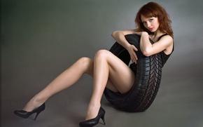 Картинка взгляд, колеса., улыбка, черное, обняла, покрышку, красивая, девушка, платье, настроение, рыжеволосая, шиномонтажное, автомобильного