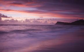 Картинка море, волны, пляж, облака, закат, тучи, берег, гора, вечер, фиолетовые, розовые, оттенки