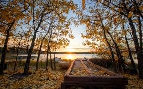 Картинка осень, небо, листья, солнце, облака, лучи, деревья, закат, озеро, голубое, берег, лодки, вечер, желтые, Канада
