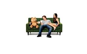 Картинка диван, медведь, Марк Уолберг, Мила Кунис, михо, Ted, Третий лишний