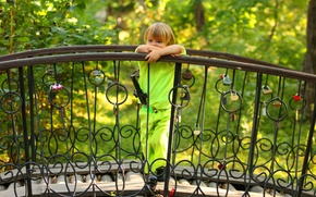 Картинка зелень, лето, деревья, задумчивость, поза, меч, мальчик, ограда, малыш, костюм, сердечки, мостик, ребёнок, замки, блондин