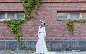 Картинка девушка, дом, стена, венок, eco fashion