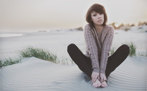 Обои beach, legs, песок, море, sunset, girl, eyes, девушка, свитер, hands, руки, sweater, пляж, sea, feet, ...