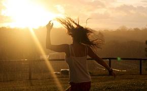 Обои небо, девушка, солнце, деревья, дождь, волосы, забор, танец, луч