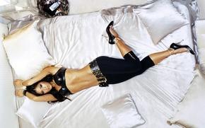 Картинка девушки, загар, подушки, кожа, брюнетка, туфли, пояс, мулатка, шпильки, Pussycat Dolls, на кровати, латинка, музыкальная ...