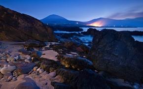 Картинка море, огни, вечер, горы, небо, скалы, камни