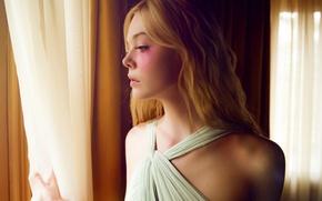 Картинка окно, блондинка, занавески, шторы, триллер, ужасы, Elle Fanning, Эль Фаннинг, Неоновый демон, The Neon Demon