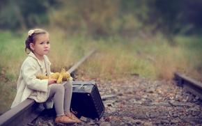 Картинка грусть, игрушка, рельсы, девочка, чемодан