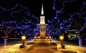 Картинка зима, снег, ночь, праздник, улица, здание, Огни, освещение, Рождество, фонари, Новый год, новогодние