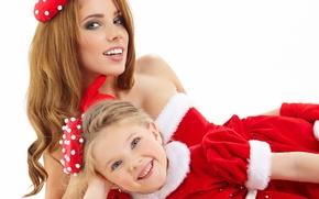 Картинка девушка, улыбка, подарок, семья, костюм, девочка, мама, дочка