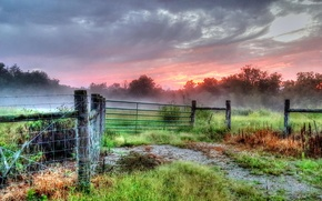 Картинка поле, туман, забор