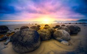 Картинка песок, пляж, небо, восход, камни, океан, Новая Зеландия, Moeraki Boulders, валуны Моераки