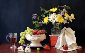 Картинка цветы, ягоды, стол, коробка, бокал, ромашки, клубника, виноград, ваза, напиток, фрукты, натюрморт