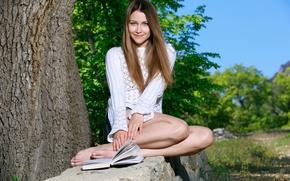 Картинка девушка, милая, шорты, книга, кофточка, ножки, длинные волосы, коленки, Виолет, под деревом