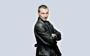 Картинка улыбка, фон, актер, мужчина, Doctor Who, Доктор Кто, кожаная куртка, кожанка, Christopher Eccleston, Кристофер Экклстон, …