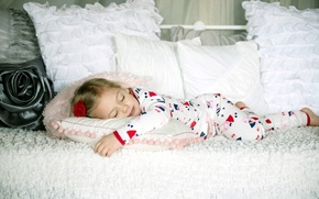 Картинка дети, фон, отдых, обои, настроения, кровать, сон, подушки, спит, девочка, wallpaper, girl, широкоформатные, background, детишки, …
