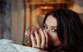 Картинка глаза, кофе, брюнетка, кружка, пальцы, смотрит, Loretta