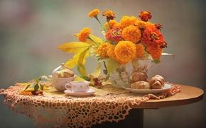 Обои эклер, чашка, осень, натюрморт, бархатцы
