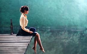 Картинка девушка, поза, отражение, река, green, милая, юбка, портрет, шляпа, брюнетка, прическа, relax, мечтает, блузка, light, …
