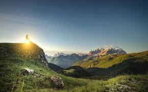 Картинка небо, трава, солнце, облака, горы, тень, мужчина, солнечный свет, созерцание