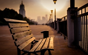 Картинка море, свет, скамейка, город, парк, фон, лампы, люди, отдых, widescreen, обои, настроения, забор, размытие, вечер, ...