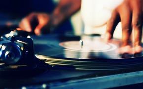 Обои музыка, руки, Ди-джей, вертушки, пластинка