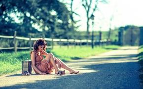 Картинка девушка, сумка, босоножки, на дороге