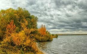 Обои тучи, пасмурно, река, кусты, деревья, берег, осень