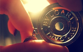 Картинка свет, фото, руки, медальон, пальцы, оюои