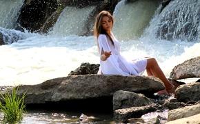 Картинка вода, девушка, брызги, природа, камни, водопад, брюнетка