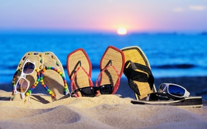 Обои очки, шлепанцы, пляж, отпуск, песок, море, лето, закат