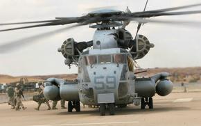 Картинка солдаты, аэродром, CH-53 Sea Stallion, тяжёлый военно-транспортный вертолёт, Sikorsky Aero Engineering Corporation
