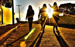 Картинка солнце, свет, закат, девушки, улица, лучи солнца