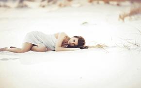 Картинка песок, пляж, девушка, лежит
