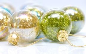 Картинка дождик, стекло, шарики, желтый, зеленый, праздник, блеск, новый год, белый фон, елочные, обои от lolita777