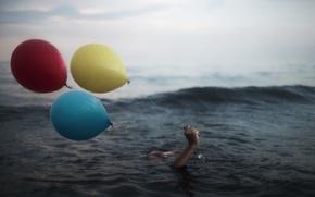 Обои море, шары, рука