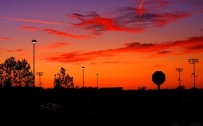 Картинка знак, небо, зарево, город, улица, силуэт, фонари, облака, закат