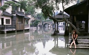 Картинка девушка, дома, наводнение, Азия, ступеньки, черное платье