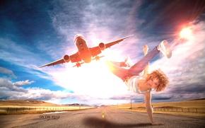 Обои дорога, небо, девушка, солнце, облака, полет, самолет, креатив, настроение, танец, джинсы, майка, брейк