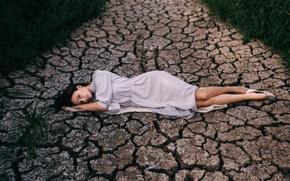 Картинка трава, девушка, трещины, поза, милая, портрет, дорожка, лежит, photographer, pretty, Екатерина Вихлянова